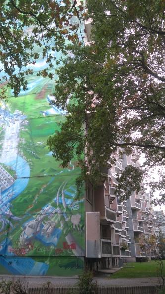 Die Seitenwand des Hochhauses ziert ein Grafiti, das zur Zeit seiner Entstehung das höchte Europas war.